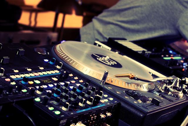 Illustration AFTERSHOW MMMMM DJ SET - platines-dj.jpg